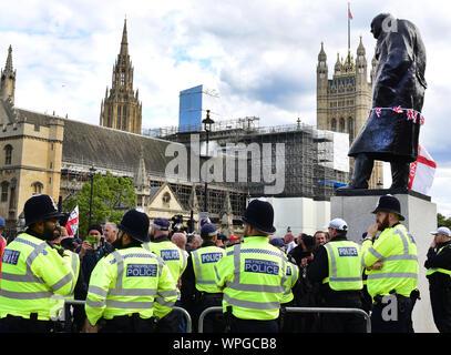 Londres, Royaume-Uni. 08Th Sep 2019. Au cours d'une manifestation contre des partisans de l'Brexit, les officiers de police sont devant le Parlement et la statue de Winston Churchill (r). Credit: Waltraud Grubitzsch/dpa-Zentralbild/ZB/dpa/Alamy Live News Banque D'Images
