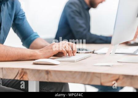 Close up. businessman de la saisie sur un clavier d'ordinateur Banque D'Images