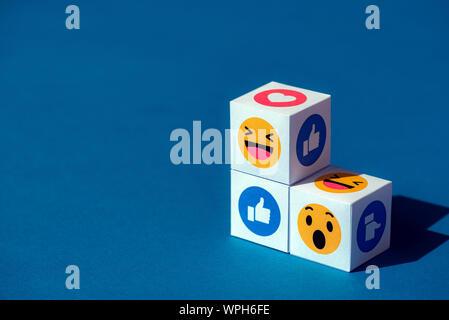 Kiev, Ukraine - septembre 9, 2019: un document imprimé avec des cubes d'émoticônes Facebook Messenger, l'un des plus grands et le célèbre réseau social. Banque D'Images