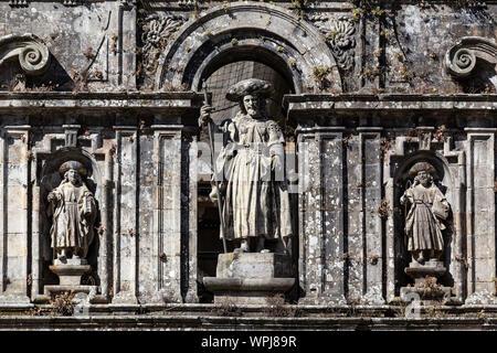 La sculpture de l'apôtre saint Jacques et ses disciples. Façade est de la cathédrale de Santiago de Compostela