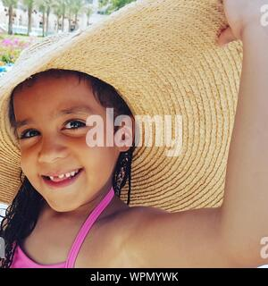 Portrait Of Smiling Girl Wearing Sunhat Banque D'Images