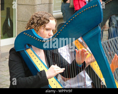 Musician Playing Harp On Street Banque D'Images