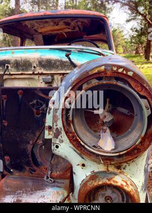 Projecteur cassé de vieille voiture En détail Banque D'Images