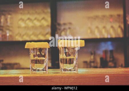 Tequila Shots avec chaux à comptoir bar Banque D'Images