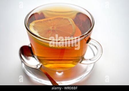 High Angle Close-up of Tea Cup sur fond blanc Banque D'Images