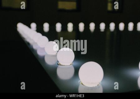 Close-up of Illuminated Light bulbs In Row Banque D'Images