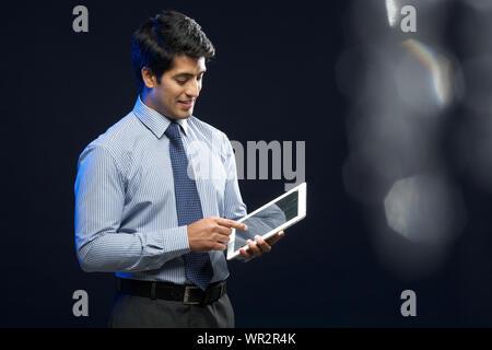 Businessman using digital tablet Banque D'Images