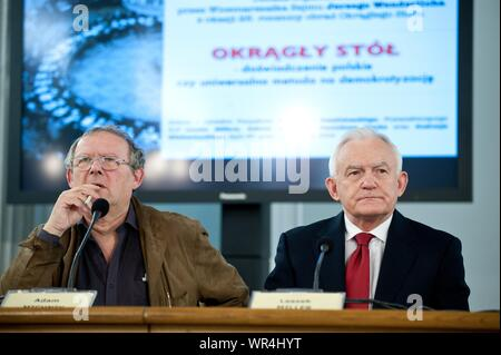 6. 02. 2014 Varsovie, Pologne. Sur la photo : Leszek Miller, Adam Michnik Banque D'Images