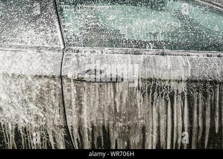 Laver la voiture avec mousse close up Banque D'Images