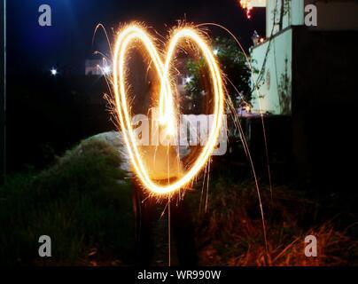Forme de coeur formé de Burning Sparkler la nuit