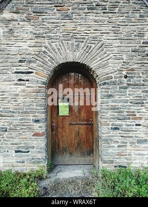 Vieille porte en bois, fermée de l'immeuble abandonné Banque D'Images