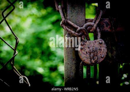 Le cadenas rouillé métal vieux Banque D'Images