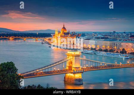 Budapest, Hongrie. Aerial cityscape image de Budapest avec le Pont des Chaînes et le Parlement pendant l'été, le coucher du soleil. Banque D'Images