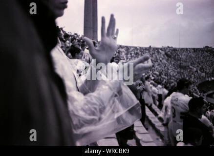 Portrait of Woman Clapping avec foule en arrière-plan pour l'événement Banque D'Images