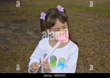 Cute Girl Eating Cotton Candy Banque D'Images