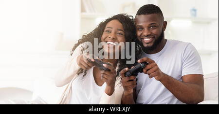 Young African American Couple Playing video games ensemble Banque D'Images