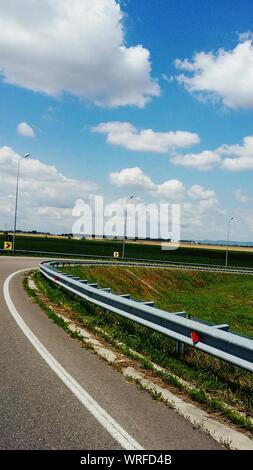 Route contre Ciel nuageux Banque D'Images