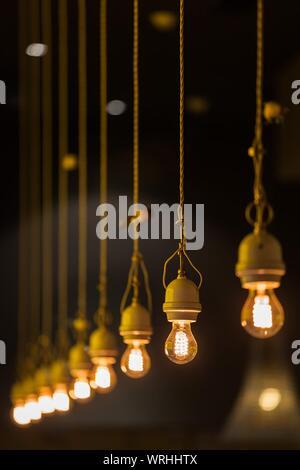 Close-up des ampoules au plafond suspendu Banque D'Images