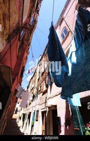 Blanchisserie accrochant dans rue étroite