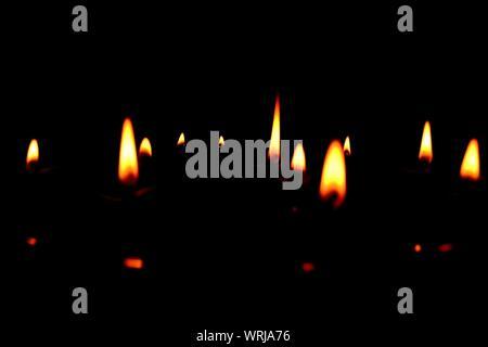 Diwali allumé des lampes à l'huile sur fond noir Banque D'Images