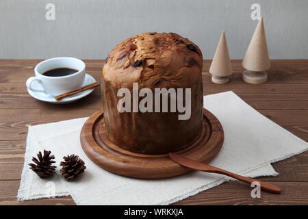 Panettone italien un gâteau aux fruits de Noël avec tasse de café libre isolé sur le tableau