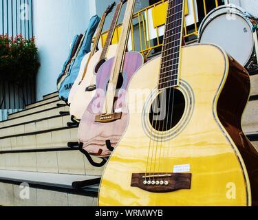 Close-up de guitares sur escaliers