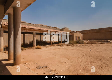 Une cour avec une piscine de la villa de luxe abandonnées à Riyadh Banque D'Images