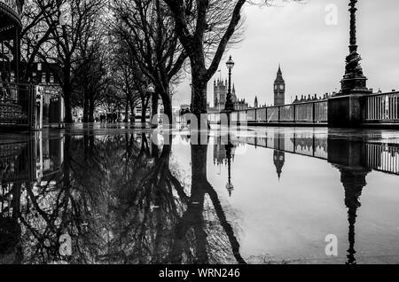 Reflet des arbres nus en flaque contre Big Ben Banque D'Images