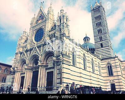 Low Angle View de la Cathédrale de Sienne contre le ciel