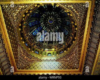 Plafond orné de vitraux et dans Dome de Temple Banque D'Images