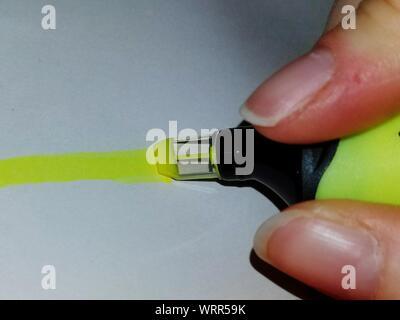 La main coupée avec marquage au feutre jaune sur papier Banque D'Images