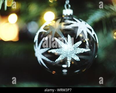 Close-up of Illuminated Bauble Hanging Christmas Tree at Night Banque D'Images