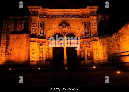 De l'extérieur de la cathédrale Santa Maria la Menor de nuit