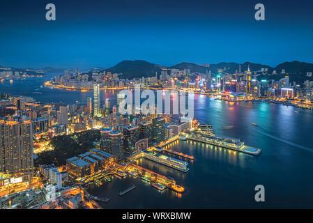 Vue aérienne de la ville illuminée par la mer contre le ciel de nuit Banque D'Images