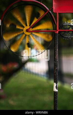 Close-up of Spinning Pin Wheel Banque D'Images