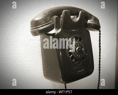 Vieux téléphone accroché au mur Banque D'Images