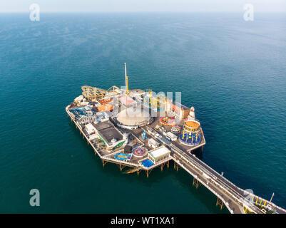 Photo aérienne de la célèbre jetée de Brighton et de l'océan situé dans la côte sud de l'Angleterre, Royaume-Uni, qui fait partie de la ville de Brighton et Hove,
