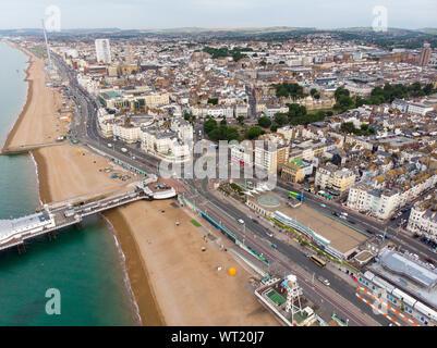 Vue aérienne de la plage de Brighton et zone côtière située dans la côte sud de l'Angleterre, Royaume-Uni, qui fait partie de la ville de Brighton et Hove, pris sur un