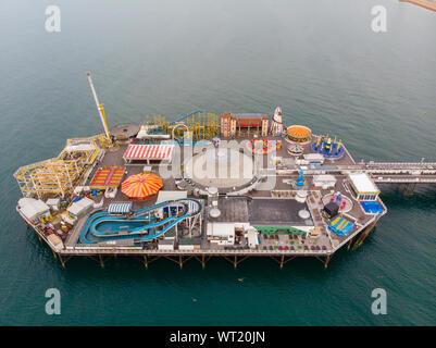 Photo aérienne de la célèbre jetée de Brighton et de l'océan situé dans la côte sud de l'Angleterre, Royaume-Uni, qui fait partie de la ville de Brighton et Hove
