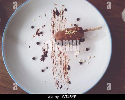 Portrait de glace au chocolat dans la plaque Banque D'Images