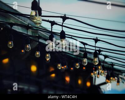 Low Angle View of Light bulbs Against Sky Banque D'Images