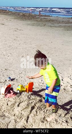 Portrait Of Boy With Father Playing at Beach Banque D'Images