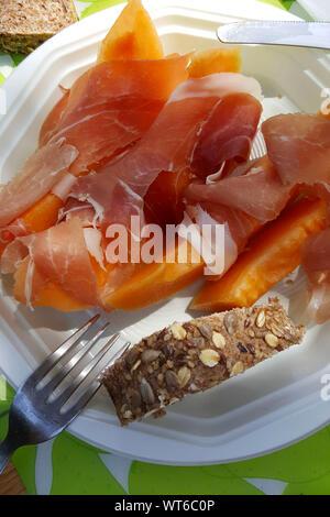 Repas facile camping: concept de l'alimentation italienne au melon et prosciutto Banque D'Images