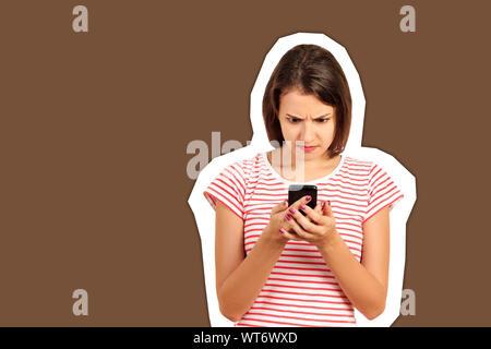 Confusion ou d'égarement bouleversée à la femme à son téléphone mobile. fille style collage émotionnel Magazine avec un fond de couleur à la mode. Banque D'Images