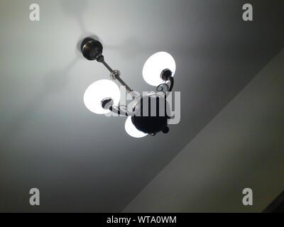 Low Angle View des ampoules au plafond suspendu Banque D'Images