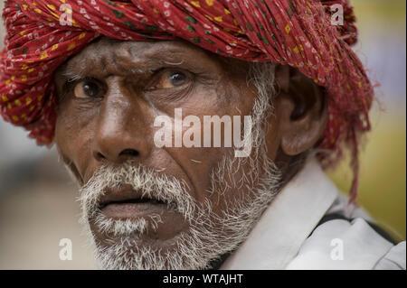 L'homme à l'écart du Rajasthan portant un turban rouge Banque D'Images
