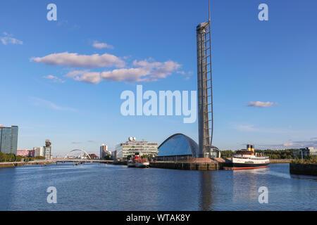 Voir l'est le long de la rivière Clyde, docks de la Govan vers la Science Centre musée avec la tour d'observation, des MES Queen Mary