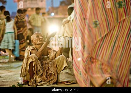 Vieille Femme mendiant dans les rues de Varanasi