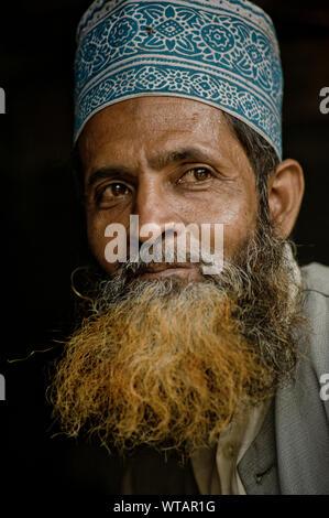 L'homme indien portant une barbe teints avec Taqiyah, un musulman cap Banque D'Images