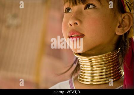 Merveilleuse jeune étudiant dans le long cou tribu Karen school Banque D'Images
